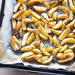 Aardappelpartjes met rozemarijn